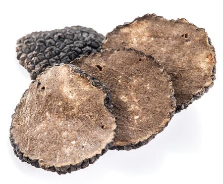 truffe blanche: Tranches de truffe noire d'été sur un fond blanc. Banque d'images