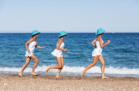 gente corriendo: Mujer que se ejecuta en la playa. exposición disparo múltiple.
