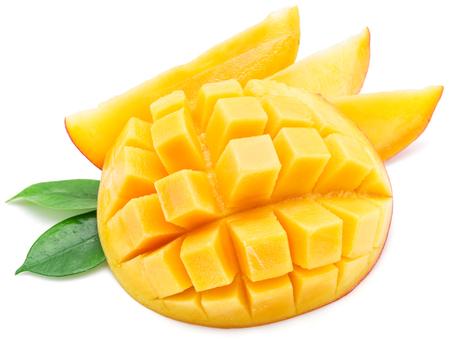 Mango blokjes en mango segmenten. Geïsoleerd op een witte achtergrond. Stockfoto
