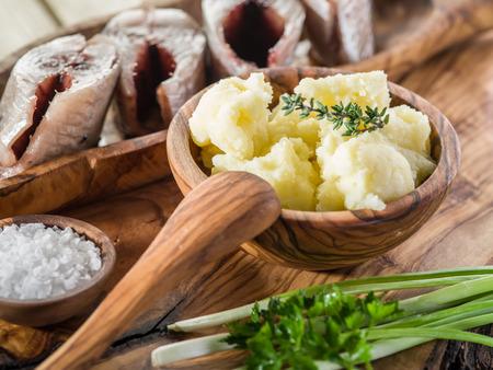 cebolla: Puré de patatas en el recipiente de madera sobre la bandeja de servicio.