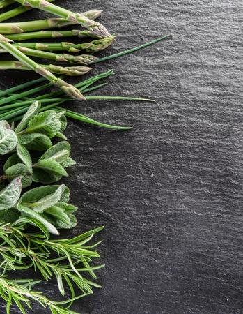 grafit: Zielone zioła na pokładzie grafitu.