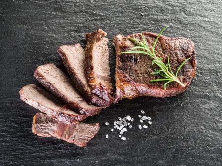 grafito: Chulet�n de carne con las especias en la bandeja de grafito. Foto de archivo
