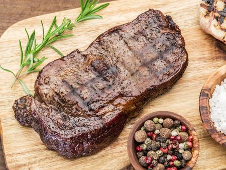 Steak Ribeye met kruiden op de houten lade.