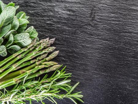 grafito: Hierbas verdes en el tablero de grafito.
