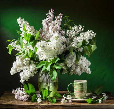 bouquet fleur: bouquet de lilas sur la table en bois. Banque d'images