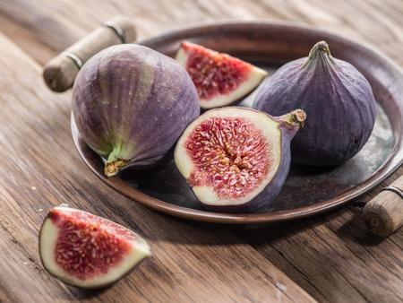 木製のテーブルに熟したイチジクの果実。
