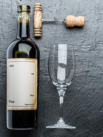 grafit: Butelka wina i korkociąg na pokładzie grafitu. Zdjęcie Seryjne