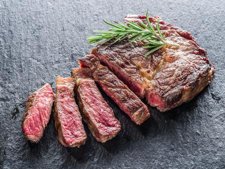 Medium Ribeye steak on the graphite tray. Foto de archivo