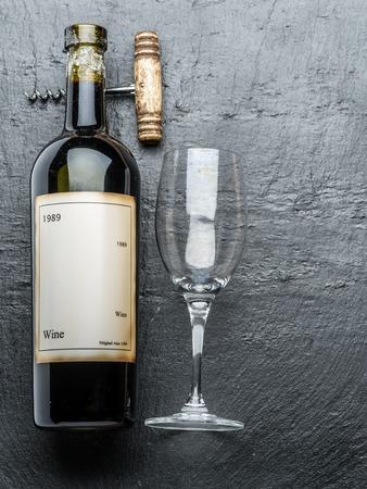 grafito: Botella de vino, copa de vino y sacacorchos en el tablero de grafito.