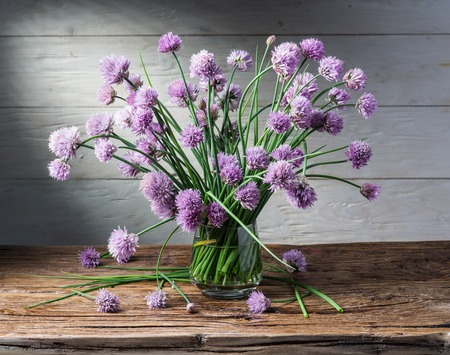 bouquet de fleurs: Bouquet de l'oignon (ciboulette) des fleurs dans le vase sur la table en bois. Banque d'images
