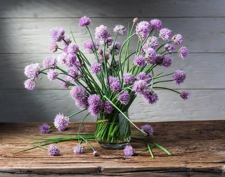 ramo de flores: Ramo de cebolla (cebollino) flores en el florero sobre la mesa de madera.