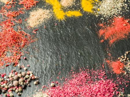 grafito: Surtido de especias de colores en el fondo de grafito.