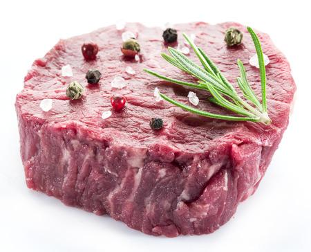 carne de res: Trozo de solomillo de ternera aislados sobre el fondo blanco.