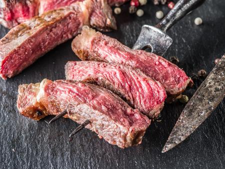 grafit: Medium Ribeye steak on the graphite tray. Zdjęcie Seryjne