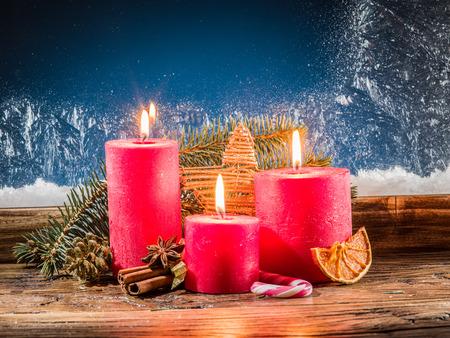 velas de navidad: Cristmas luz de las velas y ventana congelada. Fondo de la Navidad.