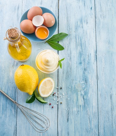 aceite de oliva: ingredientes naturales mayonesa y la propia salsa. Foto de archivo