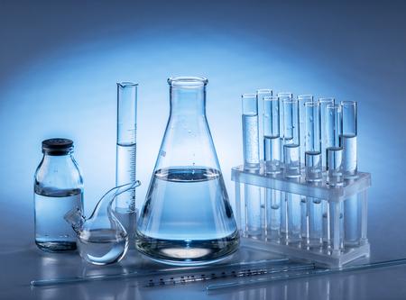 異なる研究室のビーカーとガラス。モノクロ。