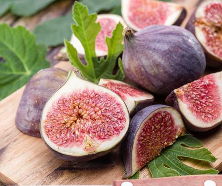 Fruits mûrs de figue sur la table en bois.