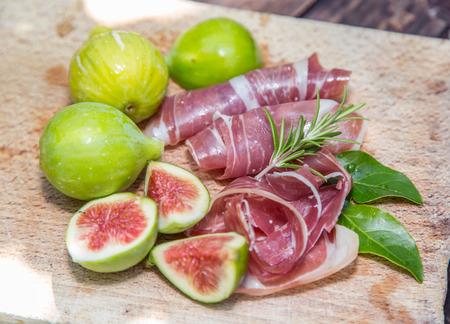 alimentos y bebidas: higos maduros y tocino o jamón. Alimentos para acompañar las bebidas.