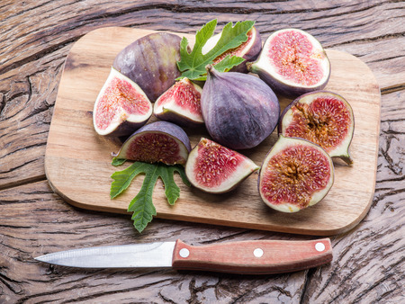 Ripe fig fruits sur la table en bois.