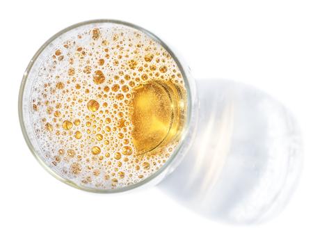 Bicchiere di birra. Vista dall'alto della birra chiara o birra leggera su sfondo bianco. Archivio Fotografico - 90160712
