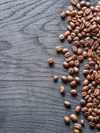 古い木製の背景にコーヒー豆の焙煎。平面図です。