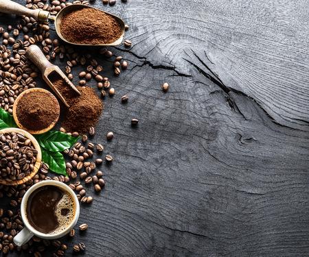 コーヒー豆の焙煎と木製のテーブルの上のコーヒー。平面図です。
