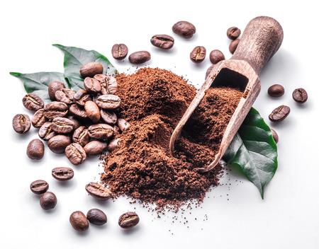 コーヒー豆の焙煎と白い背景の葉。