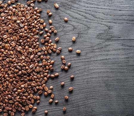 古い木製の背景に焙煎コーヒー豆。トップビュー。 写真素材