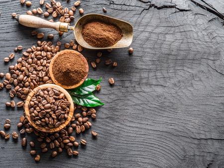木製のテーブルの上にコーヒー豆と挽いたコーヒーをロースト。トップビュー。 写真素材