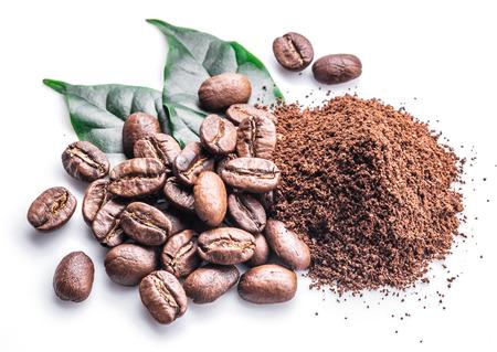 白い背景に挽いたコーヒーを焙煎コーヒー豆。