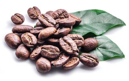 白い背景にコーヒー豆と葉をロースト。