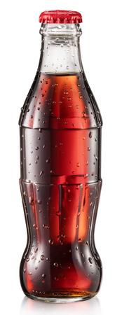 Bottiglia di cola o bottiglia di soda di cola con gocce d'acqua. Il file contiene il tracciato di ritaglio.
