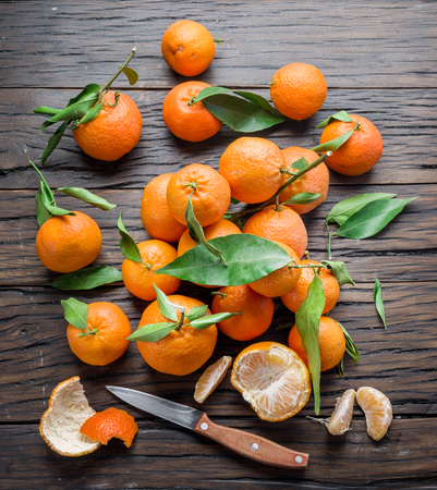 Ripe tangerines on wooden table. Top view. Standard-Bild