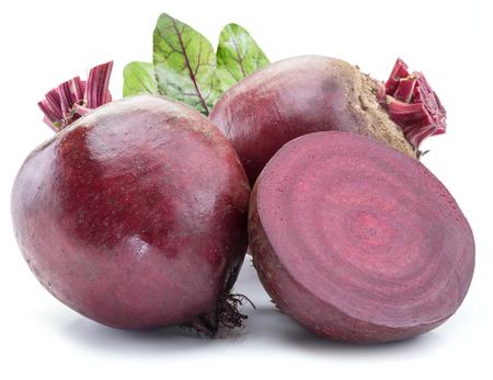 붉은 사탕 무 우 또는 흰색 배경에 비트 뿌리입니다.