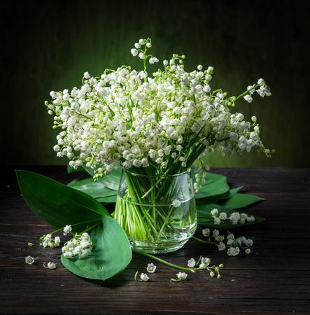 Bouquet de muguet sur la table en bois. Banque d'images - 95852866