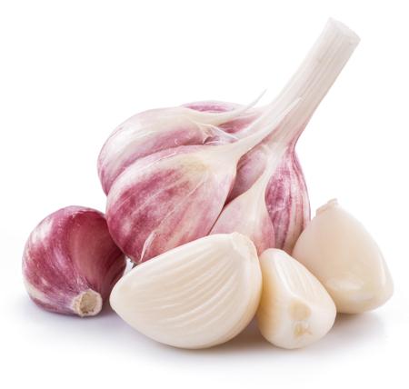 Bulbo de ajo y dientes de ajo aislados sobre fondo blanco. Foto de archivo