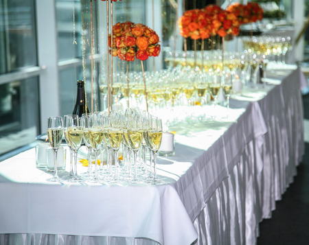 Glasses of wine. Banquet service. Imagens