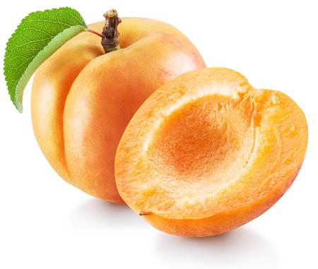 Reife Aprikosenfrucht mit grünem Blatt und Aprikosenhälfte. Datei enthält Beschneidungspfad.