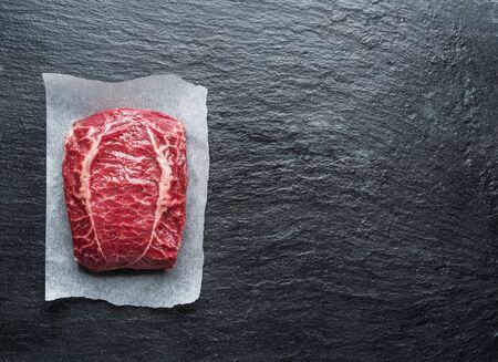 Le steak de la lame supérieure ou le steak de bœuf sur la planche en graphite.