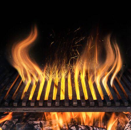 Grille de gril vide et languettes de flamme de feu. Fond de nuit barbecue.