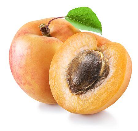Reife Aprikosenfrucht und Aprikosenhälfte mit Stein. Datei enthält Beschneidungspfad.
