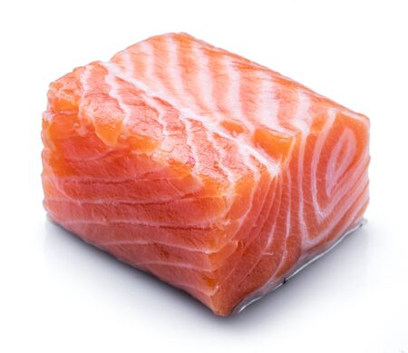 Filete de salmón crudo fresco aislado sobre fondo blanco.