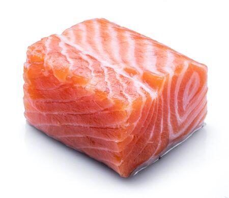 Filetto di salmone crudo fresco isolato su sfondo bianco.