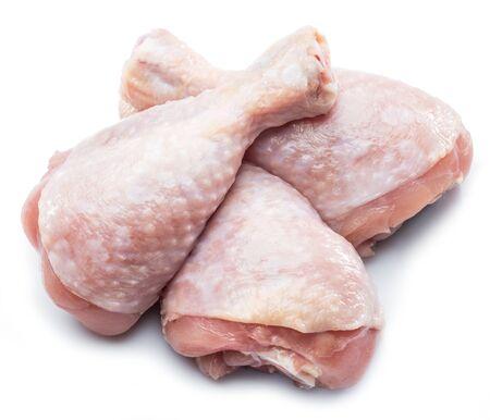 Piernas de pollo crudo aisladas sobre fondo blanco. Foto de archivo