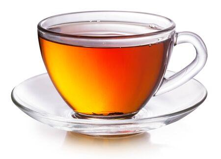 Tasse en verre avec du thé noir isolé sur fond blanc. Banque d'images