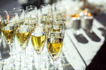 Glasses of sparkling wine close-up. Banquet service. Foto de archivo