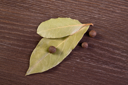 allspice: Two bay leaves and allspice