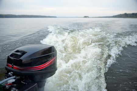 bateau p�che: sentier de bateau � moteur dans les eaux de la rivi�re calme sur une journ�e d'automne