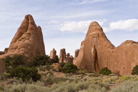 balanced rocks: Natural sculptures in Arches National Park – Dinosaurs. Utah, USA